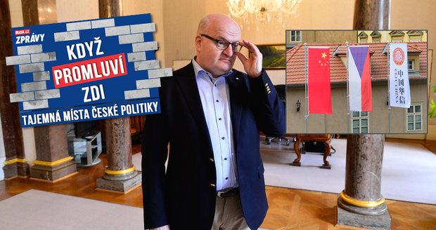 Herman úřaduje z ložnice, za oknem mu vyvěsili čínskou vlajku. Provokace?