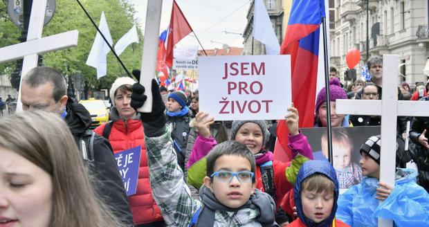 """""""Jsem pro život"""": Obří průvod prošel Prahou, lidé protestovali proti potratům"""