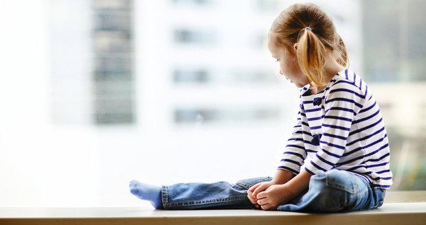 Dívenka (2) seděla v okně jedné z břeclavských ubytoven, zatímco její máma po práci tvrdě spala. Ilustrační foto.