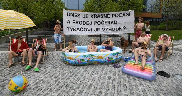 Lidé protestovali před budovou ČEZu: Na sobě měli jen plavky a žabky