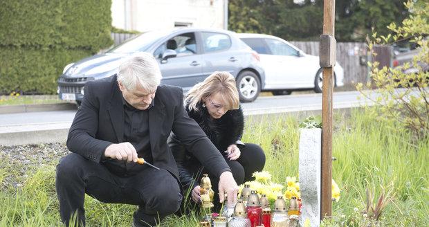 Josef Rychtář u hrobu Ivety Bartošové