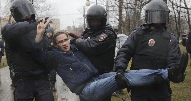 """""""Máme tě dost."""" Proti Putinovi protestovaly stovky lidí, přes 40 jich bylo zatčeno"""
