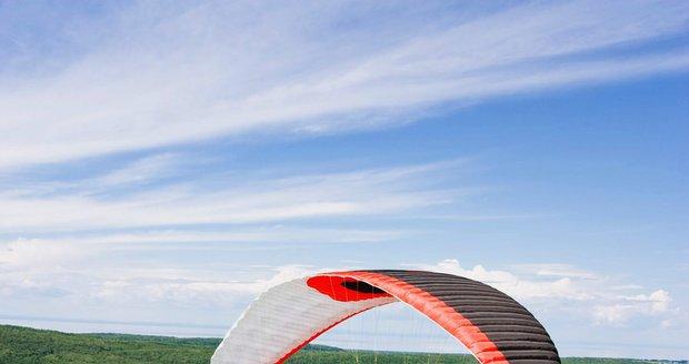 Paraglidista nezvládl první let: Narazil do stromu (Ilustrační foto).