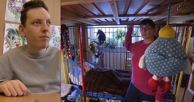 Nezvladatelného autistu Míšu (20) musí držet v kleci. V ústavech ho nechtějí