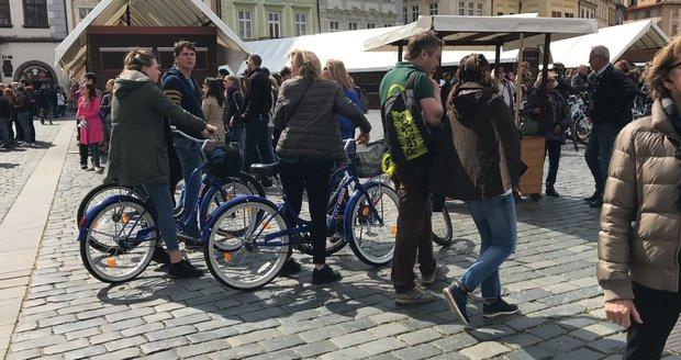 Také na kolech se turisté v Praze objevují po zákazu segwayů častěji.