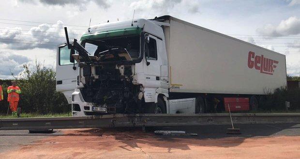 Na dálnici D11 havaroval kamion, obousměrně se začaly tvořit kolony.
