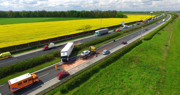 Na dálnici D11 havaroval kamion, u Prahy se obousměrně tvoří kolony.