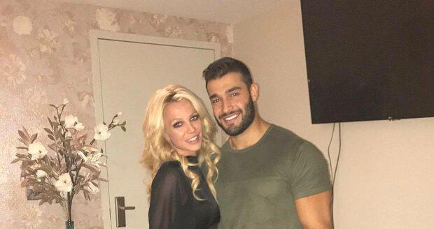Britney Spears s partnerem - kondičním trenérem Samem Asgharim.