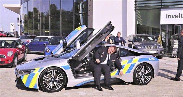 Jihomoravský policejní šéf Leoš Tržil v novém policejním BMW i8.