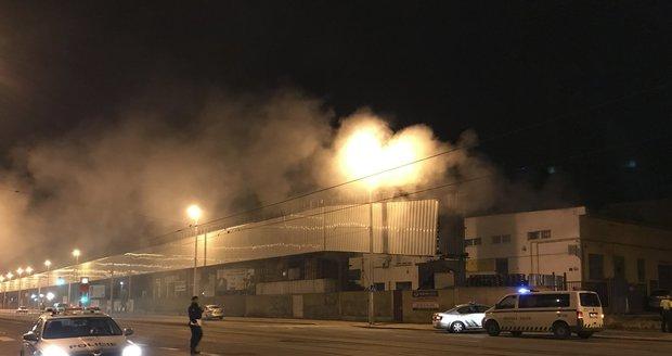 Noční drama v Kolbenově ulici: V průmyslovém areálu hořelo, hasiči zachránili čtyři osoby