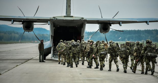 Česko má nedostatek letišť. Armáda objíždí zemi a hledá další pro případ nouze