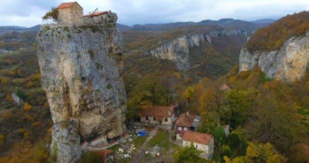 Pilíř Katskhi je vyvýšený vápencový monolit v Gruzii vysoký 40 metrů.