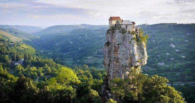 Mnich Maxime Qavtaradze žije na vrcholku 40metrové skály!