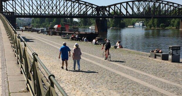 Cyklisté se po náplavce na Rašínově nábřeží pohybují v pěší zóně, cyklostezka tudy nevede.