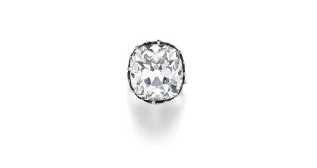 Žena koupila na blešáku prsten za pár korun. Byl v něm diamant za miliony