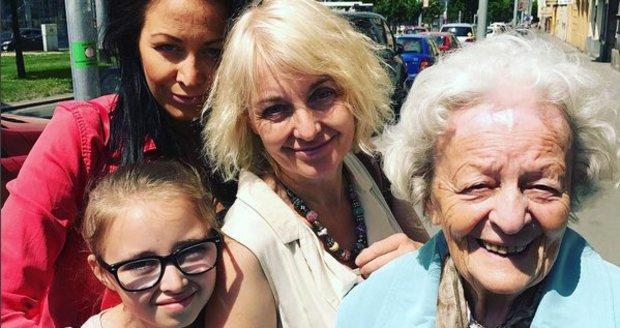 Žilková s maminkou a dcerami Agátkou a Kordulkou