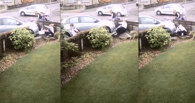 Maminku, kočárek s miminkem (17 měs.) a dceru (5) srazilo auto na plot a přimáčklo je drsně k němu
