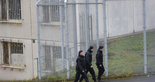 Vzpoura cizinců na Plzeňsku. Zabarikádovali se a házeli nábytek, čeká je trest