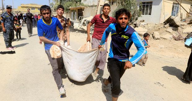 Smrt na útěku před ISIS: Na cestě z Mosulu leží mrtvá těla. Umíraly i děti