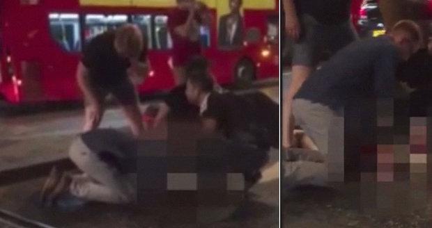 Lásko, zůstaň se mnou! Dramatické video ukazuje záchranu oběti londýnského útoku svědky