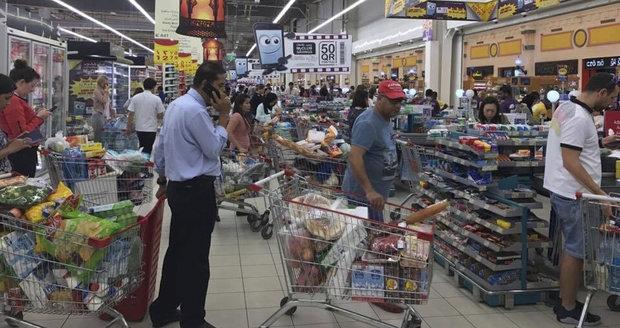 Supermarkety vzali útokem, ruší se lety: Katarská krize v islámském světě