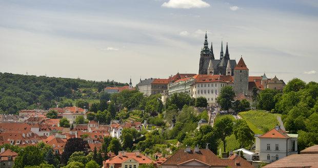 Výhled ze zahrad Kramářovy vily na Pražský hrad.