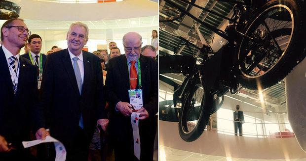 Zeman ukázal světu létající kolo a míří domů. Expo 2017 nabízí vynálezy i pivo