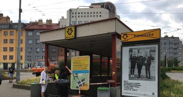 Vstupy do metra na Palmovce DPP nechal zatarasit, a to kvůli výstavbě bezbariérového přístupu.