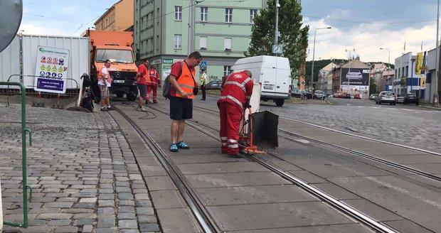 V Zenklově ulici DPP opravoval koleje, vysoké teploty je poničily.