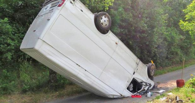 Parkování mladé řidičky: Smetla značku, přejela zahrady a otočila dodávku na střechu