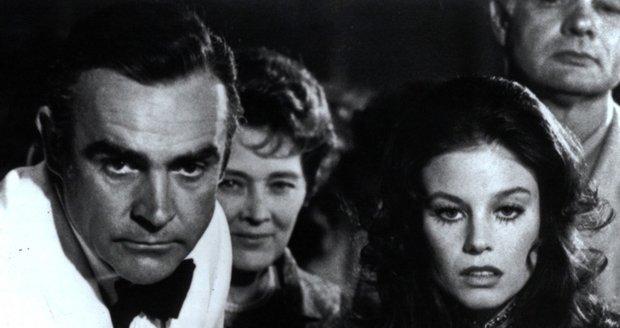 Sean Connery a Lana Wood jako James Bond a jeho Bond girl ve filmu Diamanty jsou věčné.
