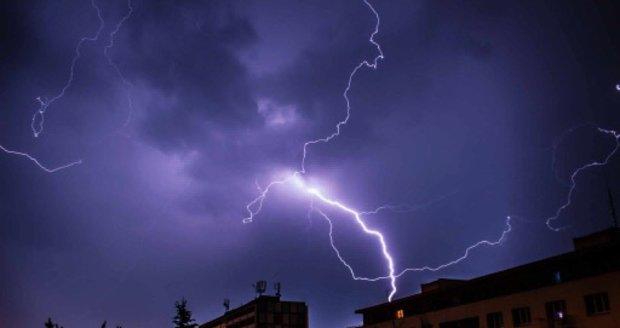 Na Česko se přiřítily bouřky, zatím zasáhly hlavně východ a jih. Sledujte radar