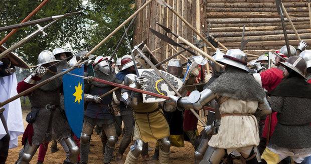 Na hoře Vítkov se každoročně koná rekontrukce slavné bitvy. (ilustrační foto)