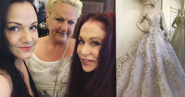 0bb427964d5d Blanka Matragi s nevěstou (vlevo) a její maminkou při zkoušce exkluzivních svatebních  šatů