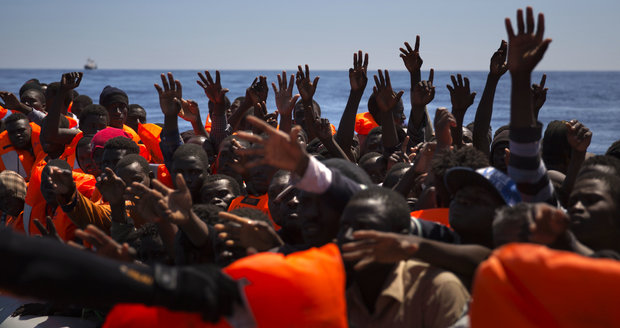 Pašeráci berou uprchlíkům na moři motory. Za 3 dny jich Evropa našla 10 tisíc