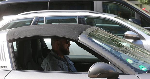 David Ondříček přijel v luxusním Porsche za 2,5 milionu korun.