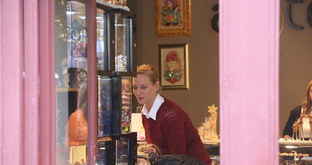 Uma Thurman na nákupech ve Varech