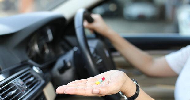 V autě seďte na sedadle spolujezdce, kde můžete během jízdy sledovat horizont před sebou.