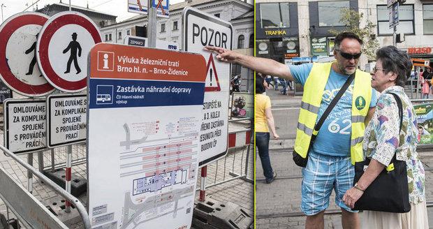 V létě se v okolí hlavního nádraží v Brně rekonstruoval prostor pro tramvaje. I to bylo pro cestující peklo. Nyní se chystá obří rekonstrukce samotného nádraží…