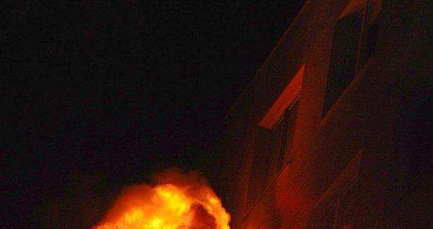 Hasiči v Praze zachraňovali lidi z hořícího domu.