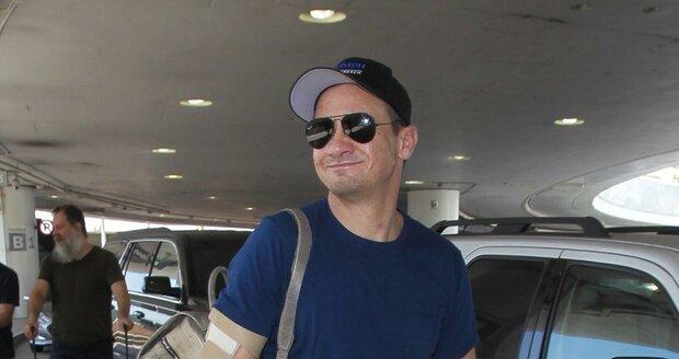 Jeremy Renner před odletem z Los Angeles