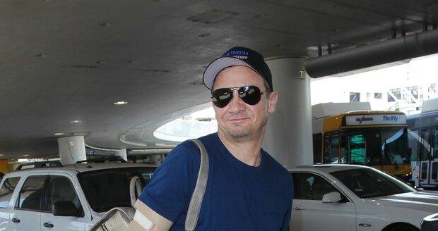 Jeremy Renner před odletem z Los Angeles.
