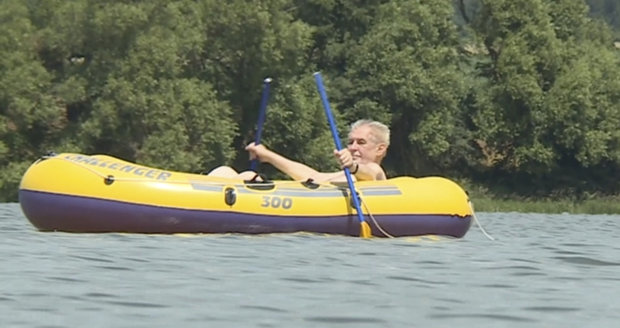 Zeman jel s člunem brázdit rybník. Podívejte se, co prezident ukázal fanynkám