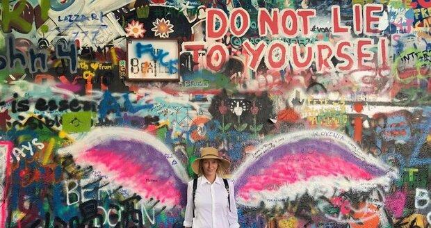 Herečka Uma Thurman byla tajně na návštěvě v Praze. Nejvíc se jí líbila Lennonova zeď.