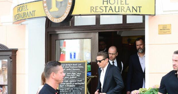Karlovy vary, 7.7., 16:53: Jeremy Renner jedl v restauraci, kde jedl  i Gott, Malkovich či Banderas.