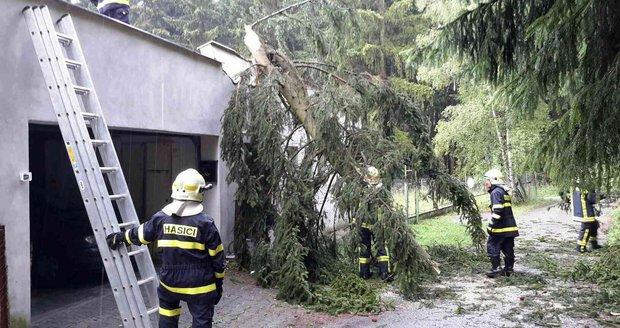 Na Blanensku se hasiči opět zapotili při odstraňování popadaných stromů