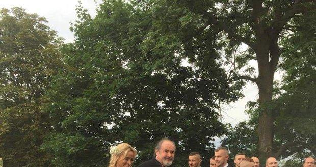 Nevěstu odvedl k oltáři otec.