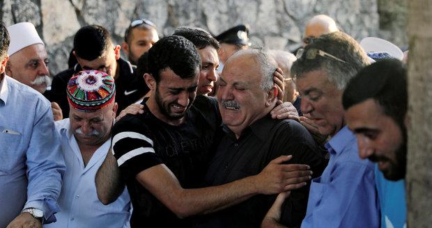 Arabové chtěli truchlit po atentátnících, izraelská policie jim strhla stany
