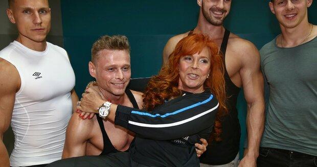 Marcela Holanová se svalovci