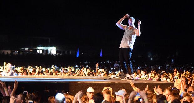 Dan Reynolds, frontman skupiny Imagines Dragons, kvůli problémům se ztracenými kufry a hlasovou indispozicí uvažoval, že středeční vystoupení zruší. Nakonec kapela zahrála a atmosférou byla unešena.